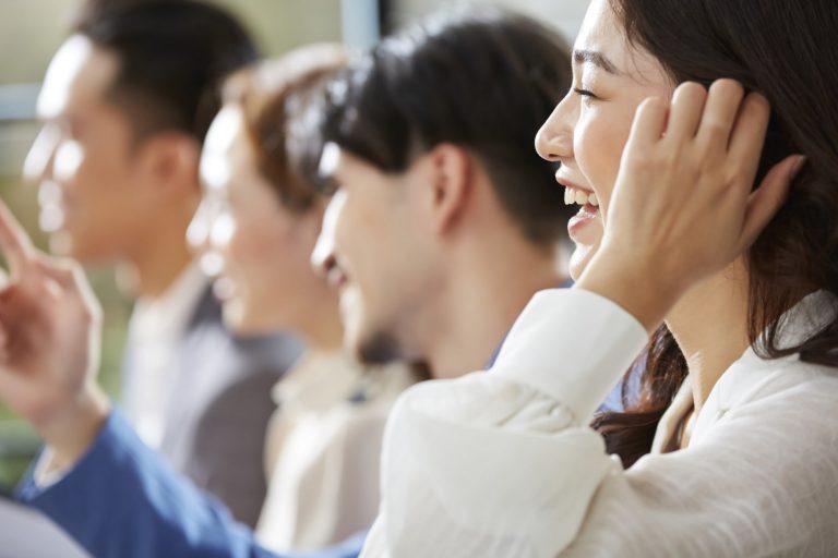 雰囲気の良い職場環境で働く人たち(1) 変化するオフィス事情。withコロナに求められる理想のワークスペース|TIME SHARING|タイムシェアリング |スペースマネジメント|あどばる|adval|SHARING