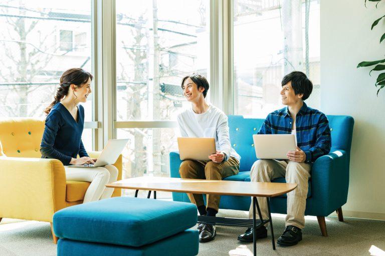 雰囲気の良い職場環境で働く人たち(2) 変化するオフィス事情。withコロナに求められる理想のワークスペース|TIME SHARING|タイムシェアリング |スペースマネジメント|あどばる|adval|SHARING