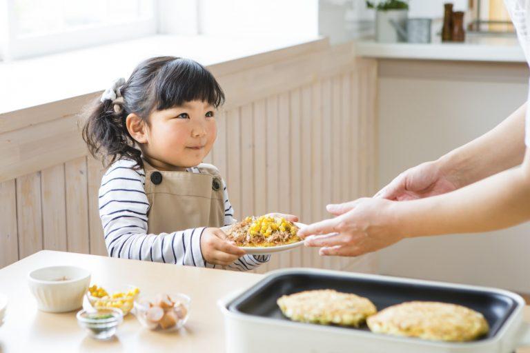 ホットプレート料理を手伝う幼児 夏はホットプレートでわいわい!おすすめホットプレートレシピ5選|TIME SHARING|タイムシェアリング |スペースマネジメント|あどばる|adval|SHARING