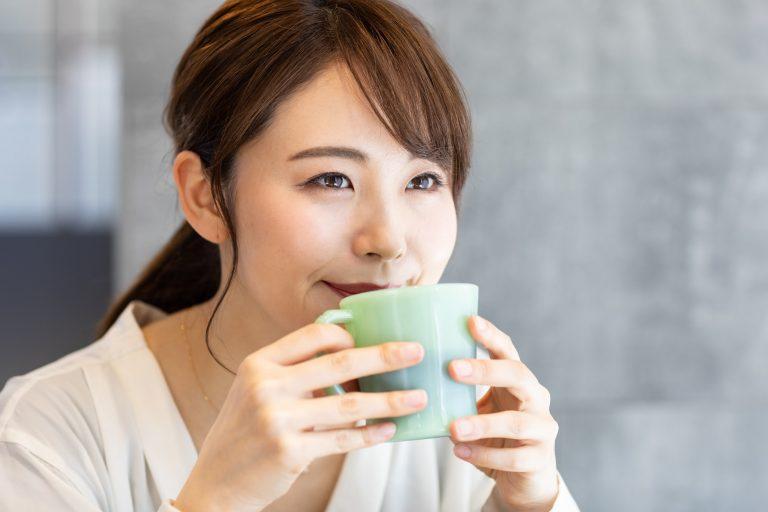 コーヒーでホッと一息つく人 コーヒーで効率UP!「コーヒー」と「働く」の親和性 TIME SHARING タイムシェアリング  スペースマネジメント あどばる adval SHARING