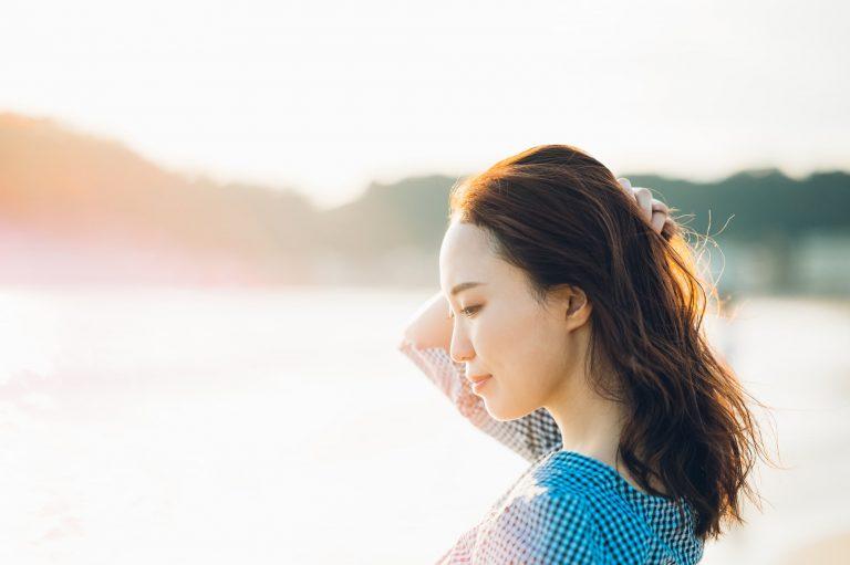 日光浴をする女性 コロナ疲れに癒しを…!コロナ疲れにぜひ試してほしいおすすめの癒し5選|TIME SHARING|タイムシェアリング |スペースマネジメント|あどばる|adval|SHARING