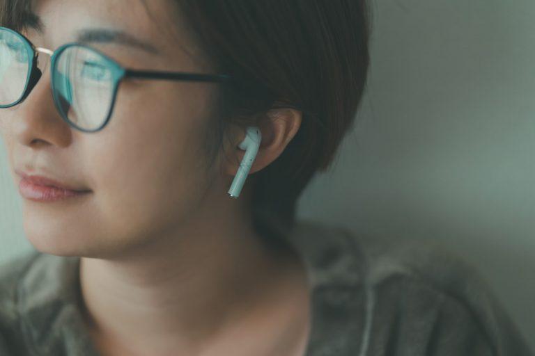 リラクゼーションミュージックを聴く女性 コロナ疲れに癒しを…!コロナ疲れにぜひ試してほしいおすすめの癒し5選|TIME SHARING|タイムシェアリング |スペースマネジメント|あどばる|adval|SHARING