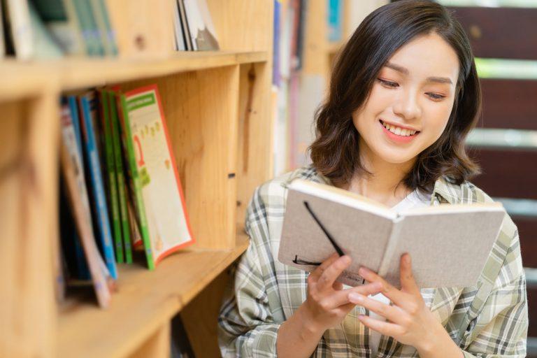 読書する人 アフターコロナに注目したい、新しい福利厚生サービス|TIME SHARING|タイムシェアリング |スペースマネジメント|あどばる|adval|SHARING