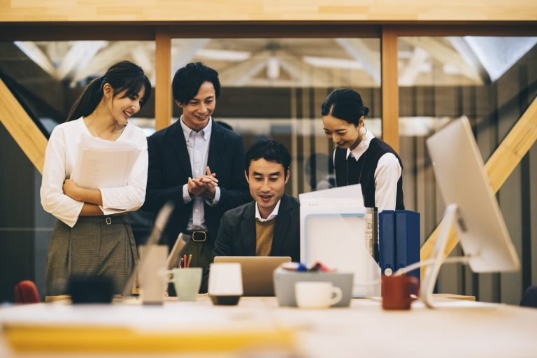 福利厚生サービスで笑顔の従業員たち アフターコロナに注目したい、新しい福利厚生サービス|TIME SHARING|タイムシェアリング |スペースマネジメント|あどばる|adval|SHARING