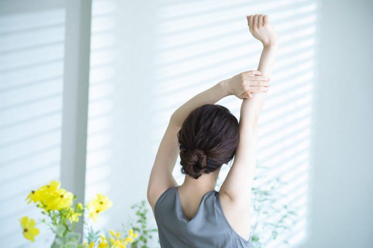 呼吸法でリラックスする女性のイメージ ストレスから解放されたい!コロナ疲れに向き合う3つの方法|TIME SHARING|タイムシェアリング |スペースマネジメント|あどばる|adval|SHARING