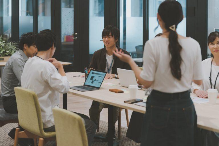 自由に働く人々のイメージ <アフターコロナの働き方>ユニークな働き方に取り組む7つの企業|TIME SHARING|タイムシェアリング |スペースマネジメント|あどばる|adval|SHARING