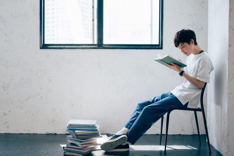 書籍を読む男性 <アフターコロナの働き方>ユニークな働き方に取り組む7つの企業|TIME SHARING|タイムシェアリング |スペースマネジメント|あどばる|adval|SHARING